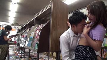 本屋で勉強漬けの男子学生にエロ本見せつけたイケない人妻 6 狭い店内で尻に...