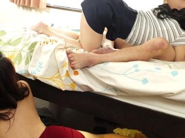 浮気の真っ最中に妻が帰宅!急いでベッドの下に隠すと妻が発情してしまい相手をしていると浮気相手までも発情!ベッドの下からちょっかい…